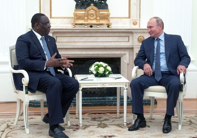 Em 20 de junho de 2018, o presidente Vladimir Putin (à direita) conversa com o presidente de Senegal (à esquerda).