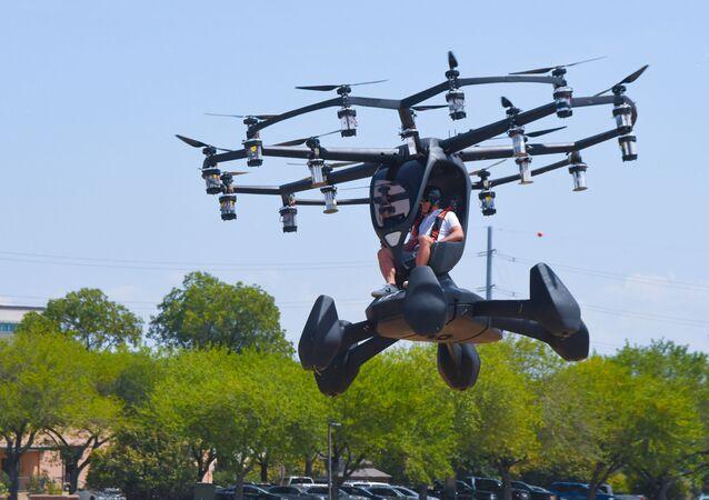 Matt Chasen, diretor da LIFT Aircraft, pilota carro voador Hexa sobre Camp Mabry, Texas