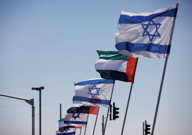 Bandeiras de Israel e dos Emirados Árabes Unidos tremulam em rodovia israelense após anúncio de acordo de normalização das relações entre ambos os países