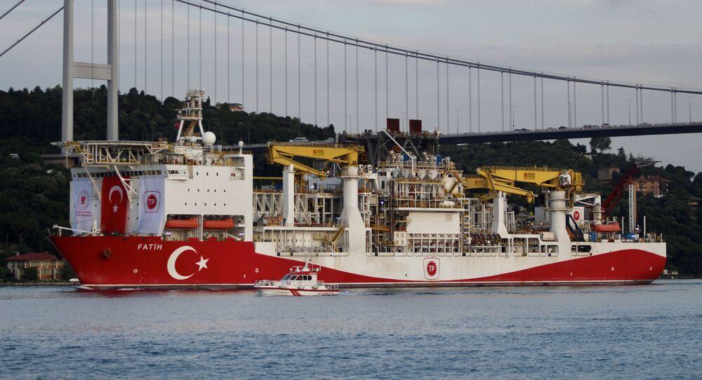Navio de perfuração turco veleja pelo estreito de Bósforo, em direção ao mar Negro