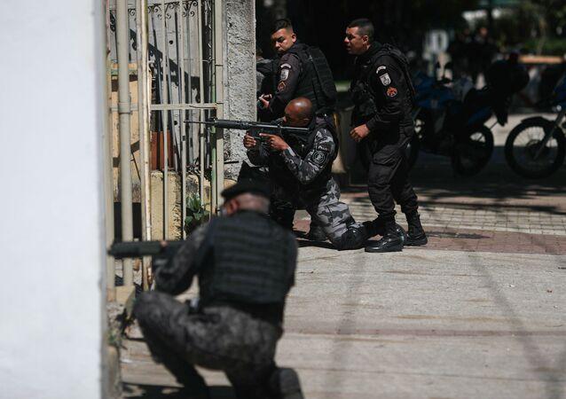 Policiais realizam operação nas proximidades do Morro do São Carlos, no Rio de Janeiro, após guerra de facções na cidade