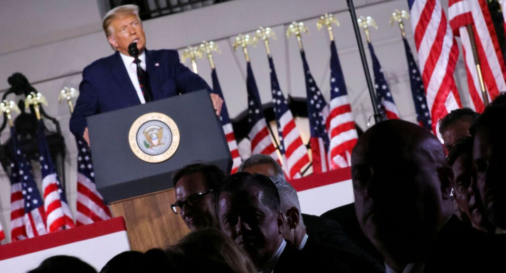 O presidente dos EUA, Donald Trump, discursa em frente à Casa Branca durante a Convenção Nacional Republicana.