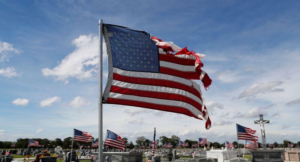 Bandeira dos EUA danificada pelos fortes ventos causados pelo furacão Laura, na cidade de Eunice, Louisiana, EUA, 27 de agosto de 2020
