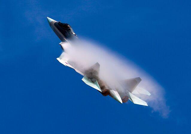Caça russo de quinta geração Su-57 durante voo de demonstração no Fórum Internacional Técnico-Militar EXÉRCITO 2020
