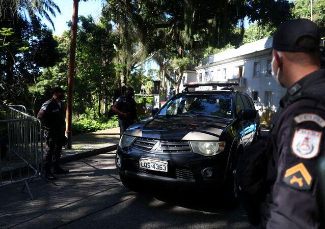 Viatura da Polícia Federal faz operação na manhã desta sexta-feira (28) no Palácio das Laranjeiras, sede do governo do Rio de Janeiro.