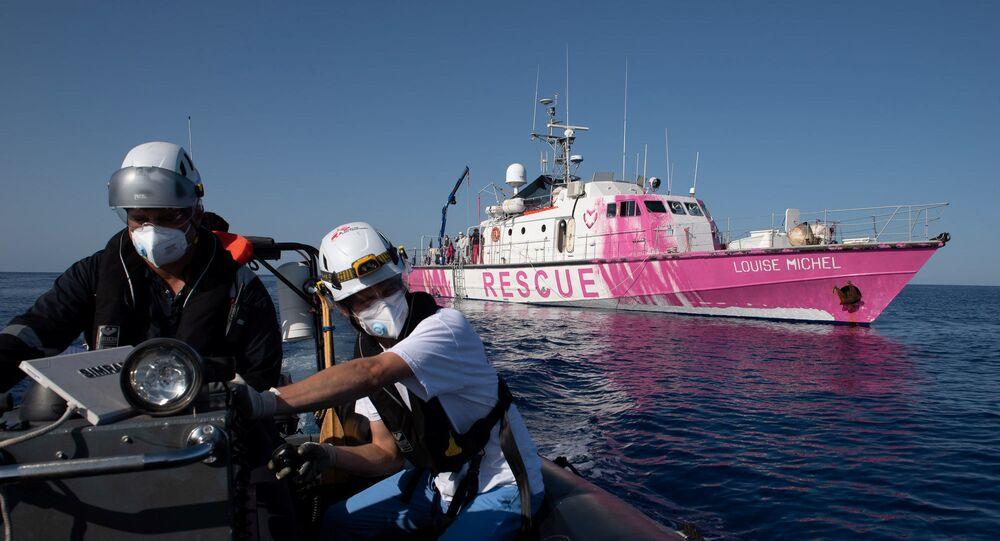 Louise Michel, barco financiado pelo artista britânico Banksy, iniciou operações de resgate de imigrantes no Mediterrâneo
