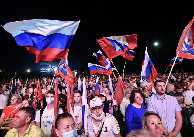 Russos durante concerto em celebração dos 75 anos da Vitória na Grande Guerra pela Pátria