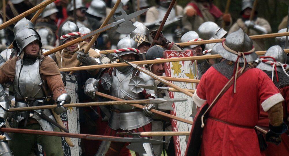 Entusiastas da história medieval participam na recriação de batalha (foto de arquivo)