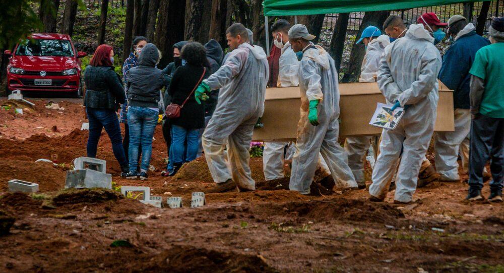 Enterro de vítima da COVID-19 no cemitério Vila Formosa, na zona leste de São Paulo