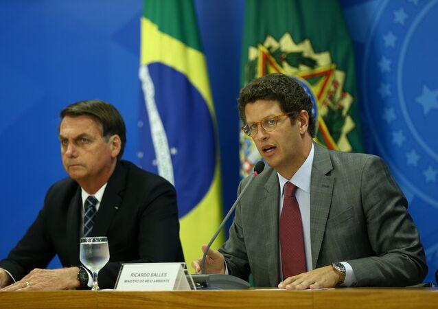 O presidente do Brasil, Jair Bolsonaro, com seu ministro do Meio Ambiente, Ricardo Salles