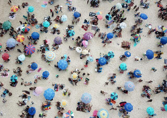 Praia de Ipanema lotada no Rio de Janeiro, em meio à pandemia de COVID-19, Rio de Janeiro, 6 de setembro de 2020