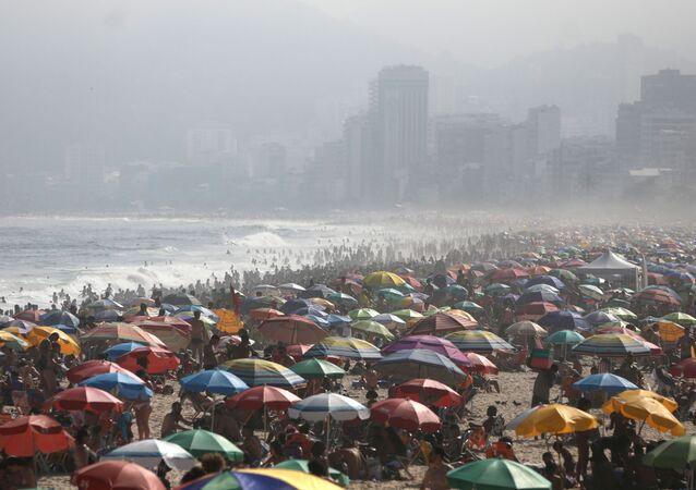 Banhistas lotam praia de Ipanema, no Rio de Janeiro, durante a pandemia de COVID-19, 6 de setembro de 2020