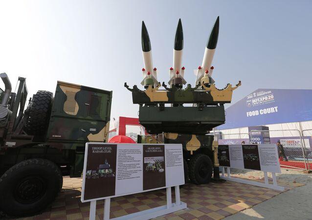 Lançador Akash do Exército da Índia, um sistema de lançamento móvel para mísseis Akash é exibido na Expo de Defesa bienal em Lucknow, Índia, 5 de fevereiro de 2020