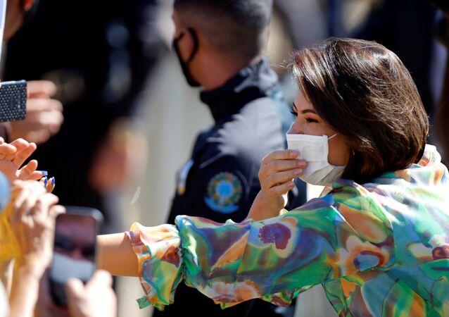 Michelle, esposa do presidente do Brasil, Jair Bolsonaro, cumprimenta os apoiadores durante a celebração do Dia da Independência