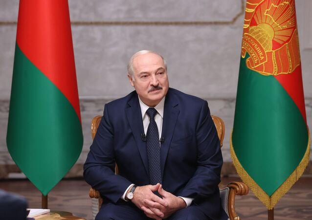 Presidente bielorrusso Aleksandr Lukashenko durante entrevista a jornalistas russos em Minsk