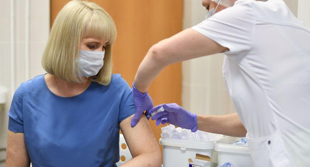 Voluntária toma a vacina Sputnik V durante testes clínicos pós-registro do medicamento em Moscou