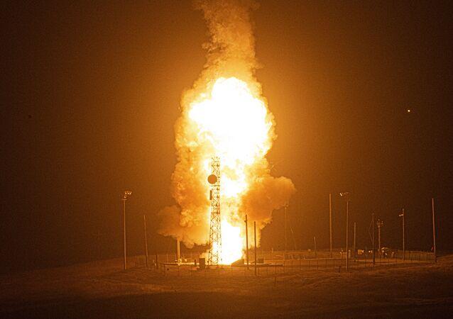 Míssil balístico intercontinental Minuteman III desarmado é lançado pelo Comando de Ataque Global da Força Aérea dos EUA durante um teste operacional na Base da Força Aérea de Vandenberg, Califórnia, EUA, 4 de agosto de 2020