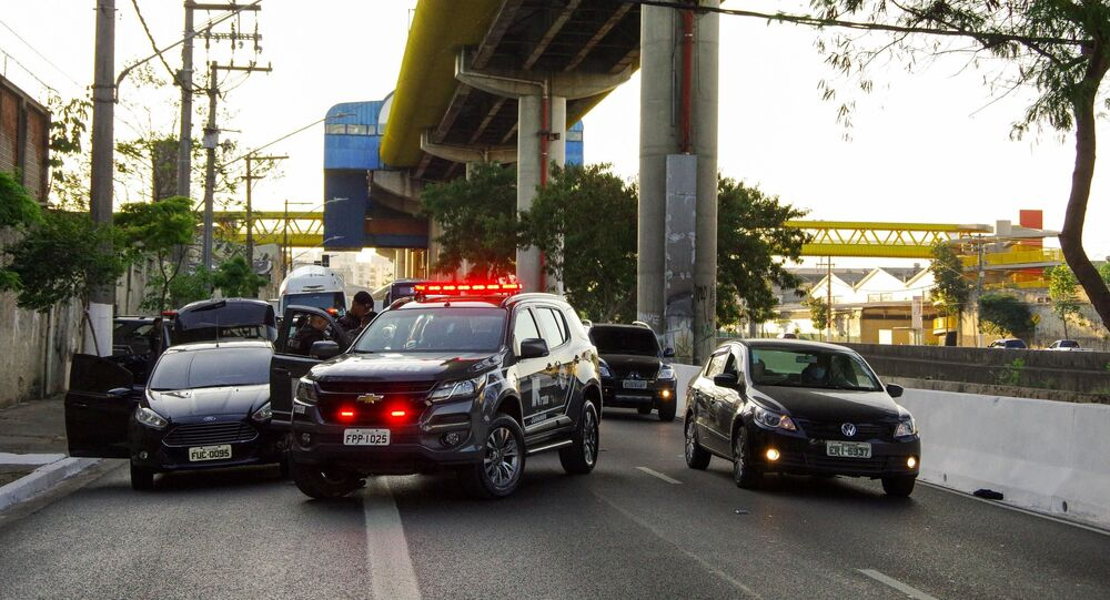 Oficiais da Rota trocam tiros com suspeitos durante abordagem a carro na avenida do Estado, na região do Cambuci, em São Paulo (SP)