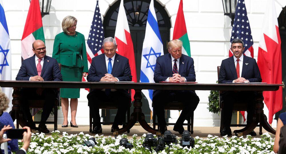 Em Washington, (da esquerda para a direita) o chanceler do Bahrein, Abdullatif al-Zayani, o premiê de Israel, Benjamin Netanyahu, o presidente dos Estados Unidos, Donald Trump, e o chanceler dos Emirados Árabes Unidos (EAU), Abdullah bin Zayed, durante cerimônia de assinatura dos acordos de Abraão, tratados de paz mediados pelos EUA e assinados entre Israel, Bahrein e EAU, em 15 de setembro de 2020.