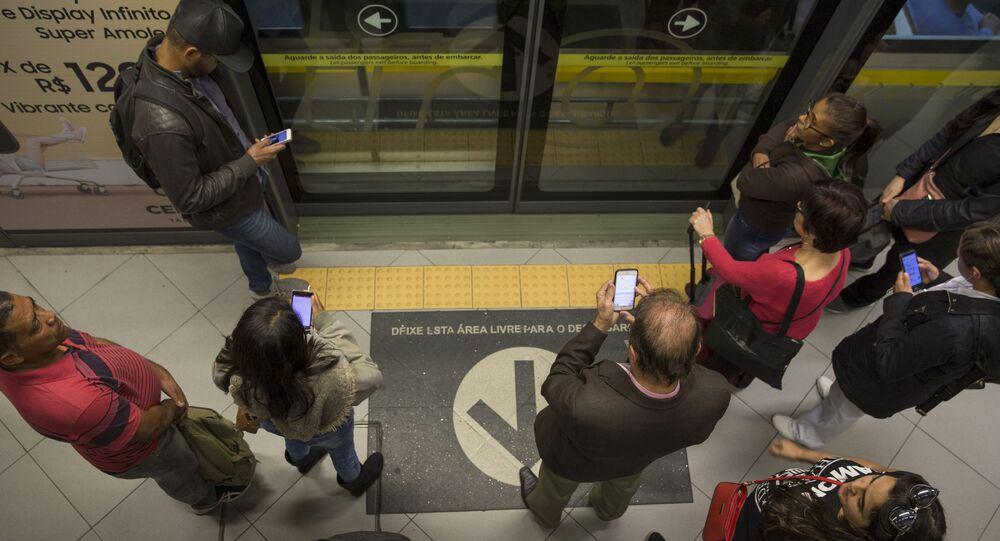 Em São Paulo, pessoas usam celular em estação do metrô de São Paulo, em 31 de agosto de 2020.