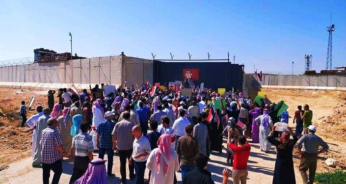 Sírios protestam na frente de um posto de observação turco em Idlib, no noroeste da Síria