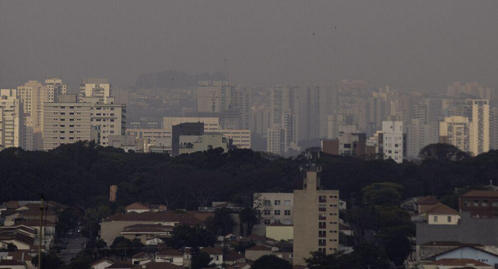 Poluição e fumaça são vistos sobre prédios na capital paulista
