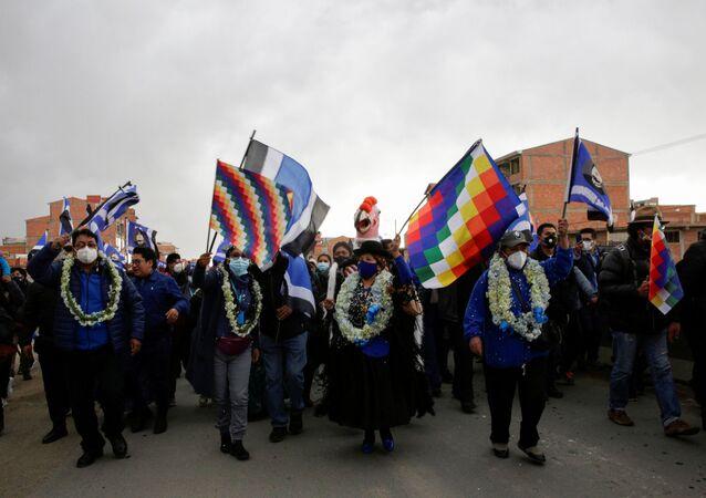 Membros do partido Movimento ao Socialismo (MAS) participam de um comício do candidato presidencial Luis Arce (não fotografado) para as eleições gerais previstas para 18 de outubro, El Alto, periferia de La Paz, Bolívia, 9 de setembro de 2020