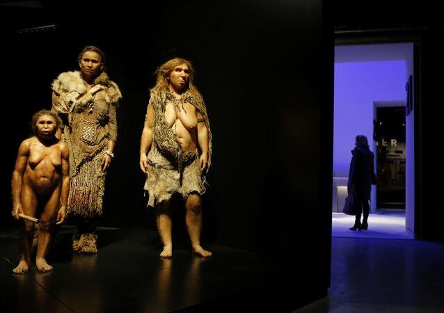 Homo sapiens e mulher neandertal em museu na França