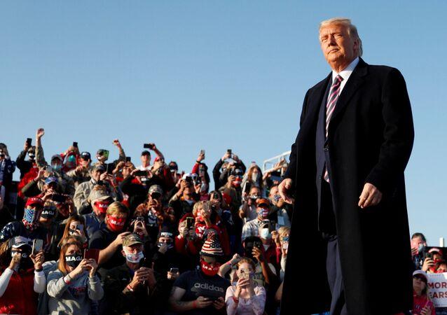 Presidente norte-americano Donald Trump realiza um comício de campanha eleitoral no Aeroporto Regional de Bemidji, em Bemidji, Minnesota, EUA, 18 de setembro de 2020