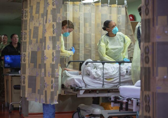 Em Los Angeles, nos EUA, profissionais de saúde dentro de um navio-hospital tratam um paciente como parte de um esforço de apoio aos hospitais da região para liberar leitos em meio à pandemia da COVID-19, em 29 de março de 2020