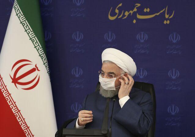 Em Teerã, o presidente do Irã, Hassan Rouhani, ajusta sua máscara durante encontro no quartel-general de combate à COVID-19 no país (arquivo)