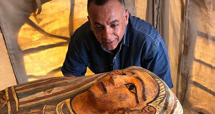 Arqueólogos escavam sarcófago em Sacará, Egito