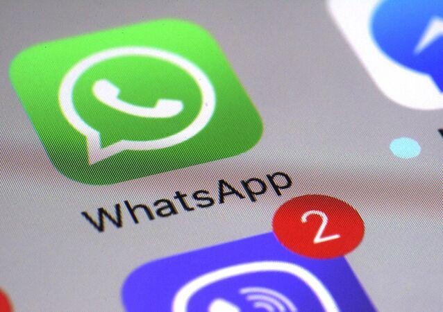 Aplicativo de mensagens WhatsApp em tela de celular