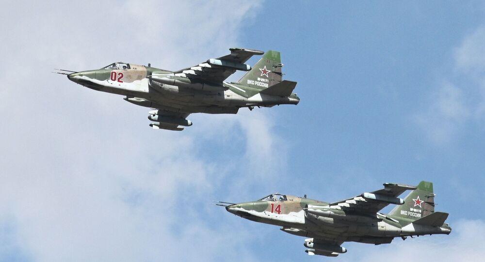 Jatos russos Su-25SM durante demonstração aérea na exposição EXÉRCITO 2020