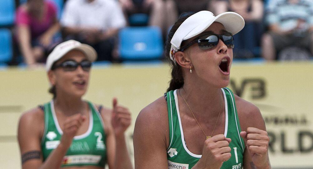 Jogadora de vôlei de praia do Brasil, Carolina Solberg Salgado (à direita) e companheira Maria Clara Salgado Rufino celebram qualificação em competição em Pequim, China, 10 de junho de 2011