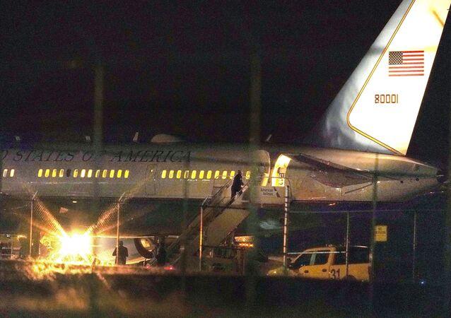 Avião com vice-presidente dos EUA Mike Pence no solo após ser atingido por pássaro pouco depois de decolar