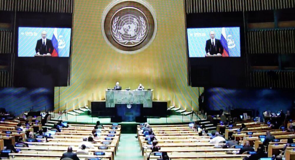 Auditório da Assembleia Geral da ONU durante transmissão do discurso do presidente da Rússia, Vladimir Putin, 22 de setembro de 2020