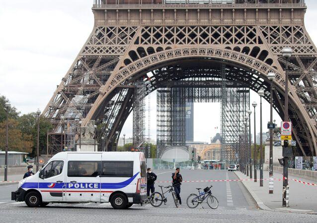 Polícia evacua perímetro da Torre Eiffel após ameaça de bomba em Paris