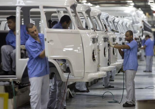 Trabalhadores montam unidades da Kombi na fábrica da Volkswagen em São Bernardo do Campo (SP)