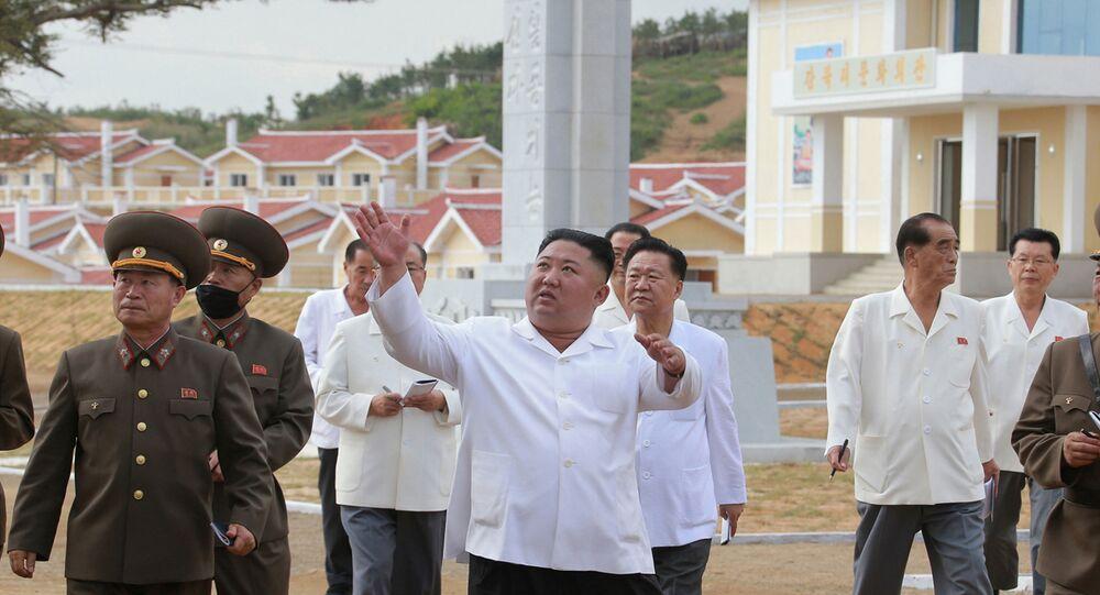 O líder da Coreia do Norte, Kim Jong-un, inspeciona reconstrução de Kangbuk-ri, província de Hwanghae do Norte, Coreia do Norte, 14 de setembro de 2020