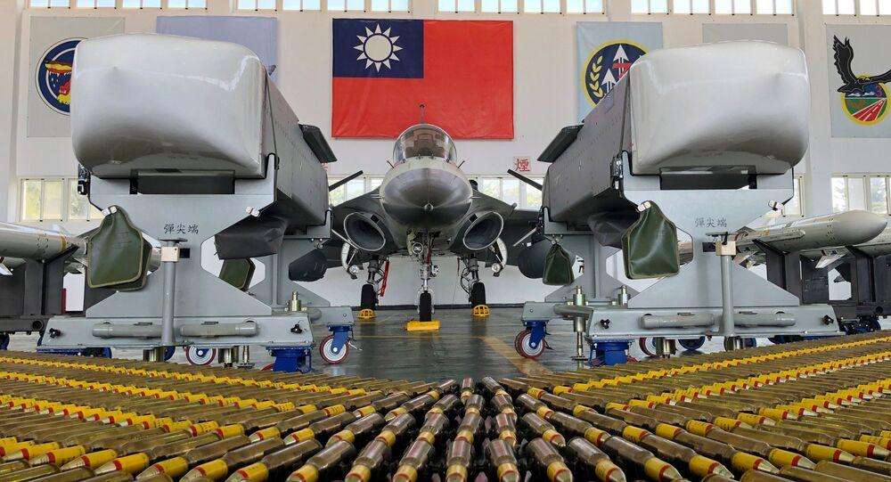 Caça taiwanês com mísseis de cruzeiro Wan Chien na Base da Força Aérea Makung