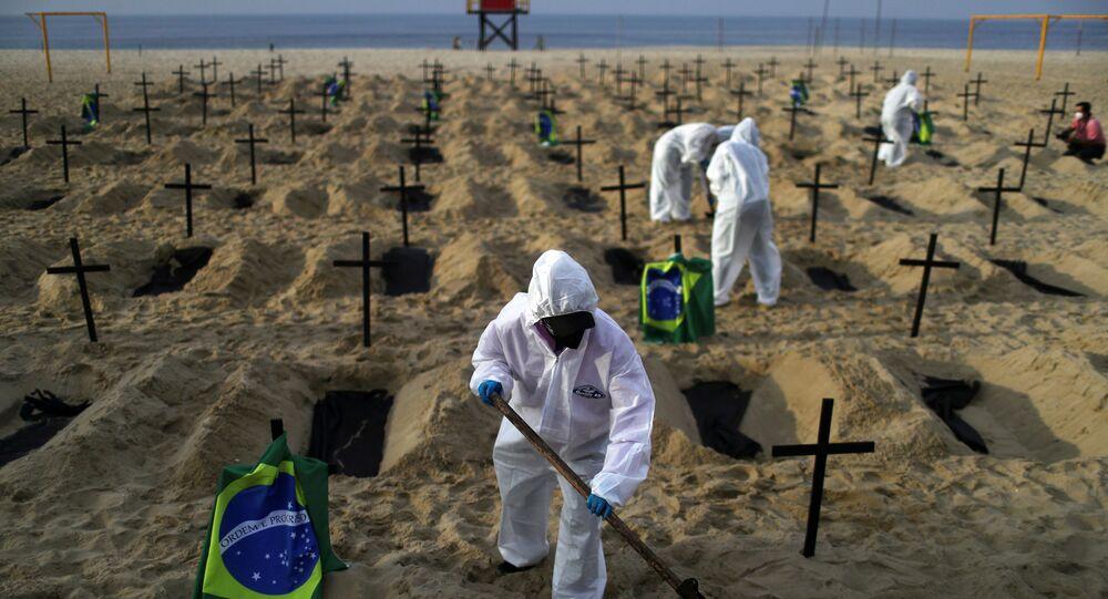 Ativistas da ONG Rio de Paz participam de protesto na praia de Copacabana para simbolizar mortos pelo coronavírus