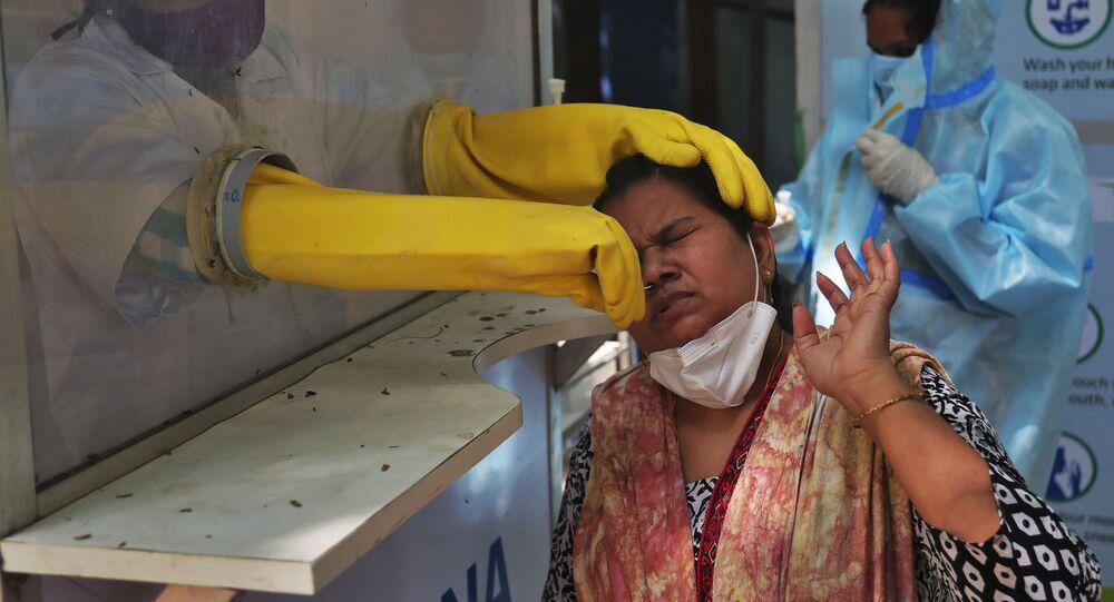 Profissional de saúde realiza teste de coronavírus na Índia