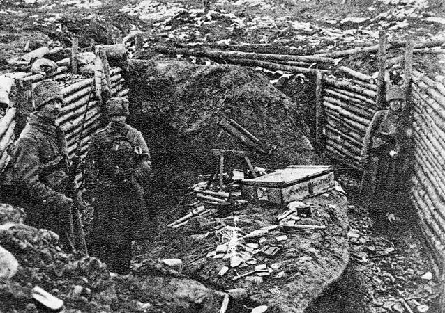 Soldados russos se estabelecendo em trincheiras alemãs capturadas durante uma operação perto dos lagos Naroch e Vishnevskoye, durante a Primeira Guerra Mundial