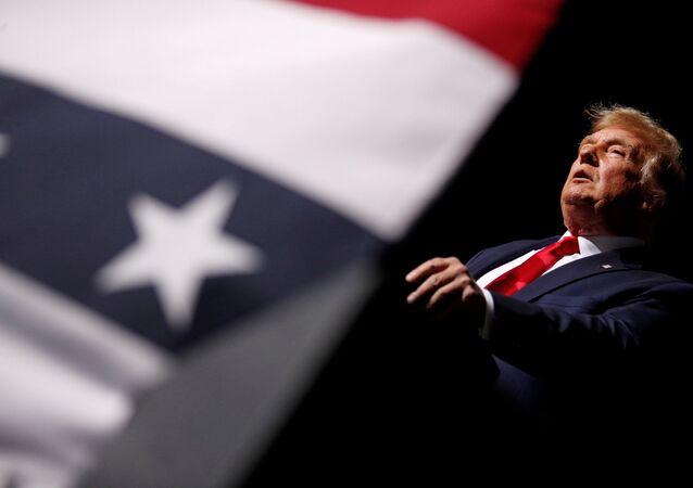 Donald Trump fala durante comício em Virgínia.