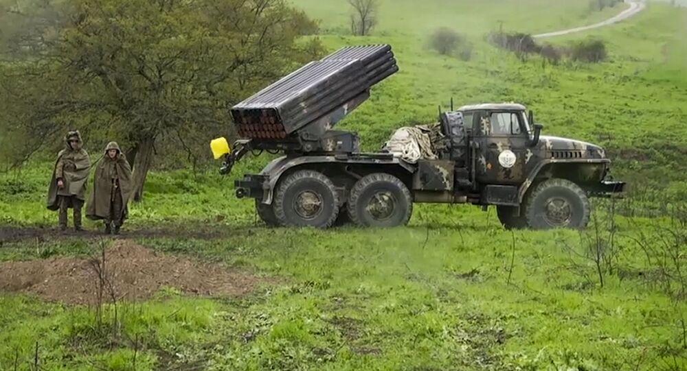 Soldados da Armênia ao lado de veículo lançador de mísseis em Nagorno-Karabakh