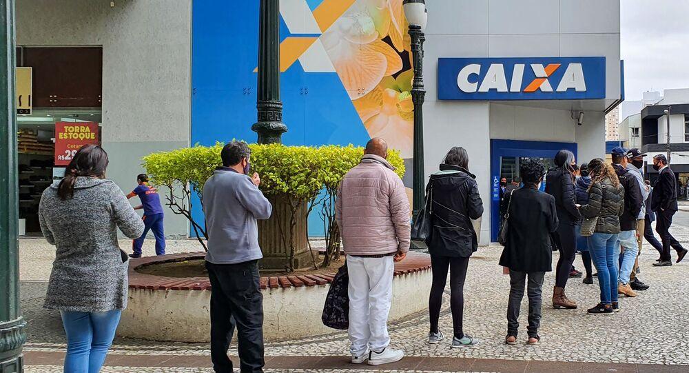 Movimentação em agência da Caixa Econômica na cidade de Curitiba (PR), para recebimento do auxílio emergencial pago pelo governo.