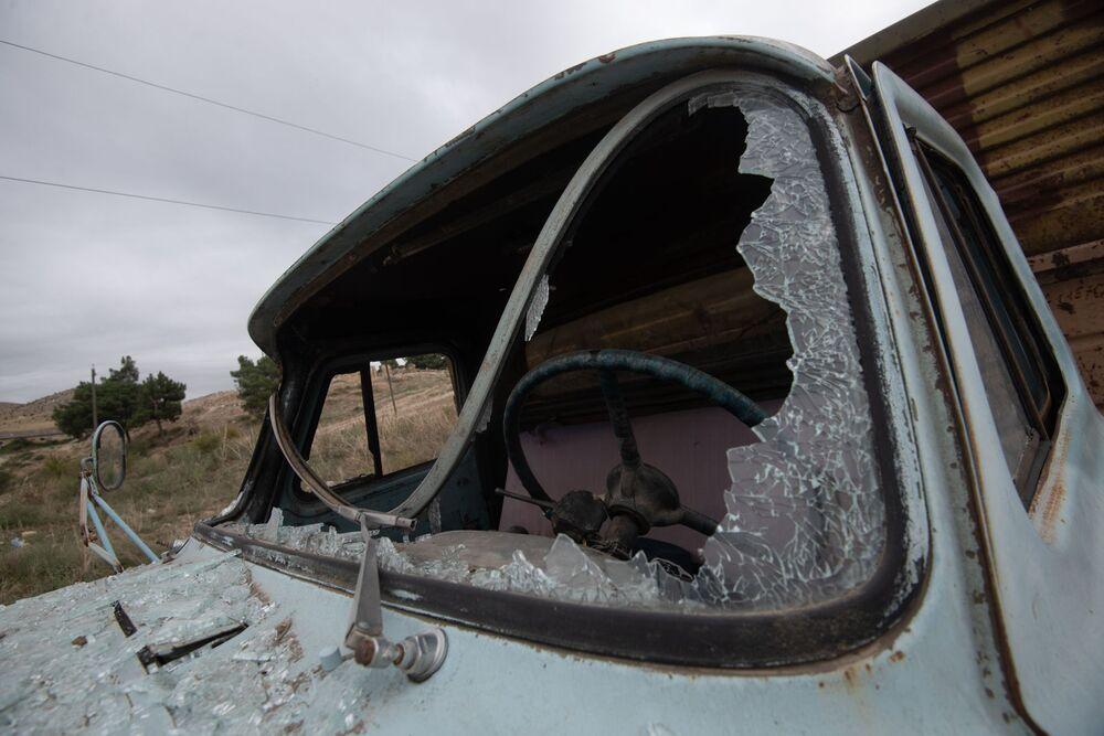 Caminhão tem para-brisa destruído em Martuni após bombardeio em Nagorno-Karabakh