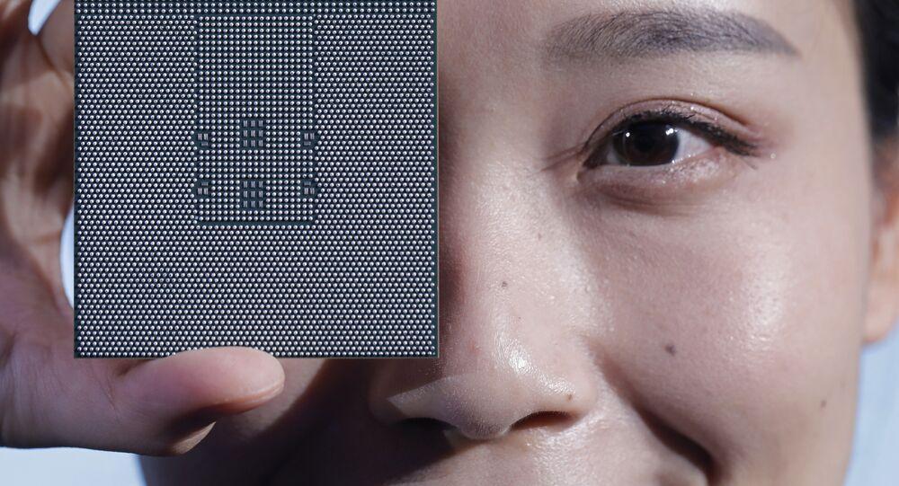 Um chip Kunpeng 920 é exibido durante uma cerimônia de inauguração em Shenzhen