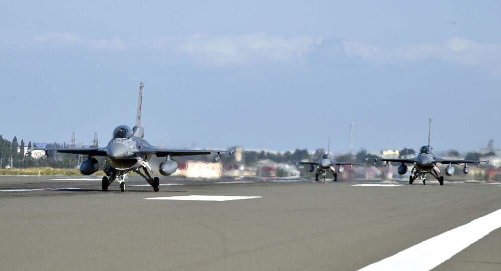 Aeronaves F-16 da Turquia chegam ao Azerbaijão para os exercícios militares conjuntos TurAz Qartal-2020, em 30 de julho de 2020.